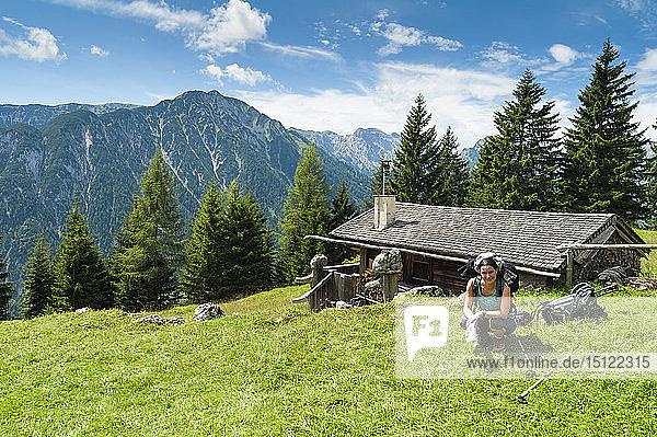 Österreich  Tirol  Rofangebirge  Wanderin