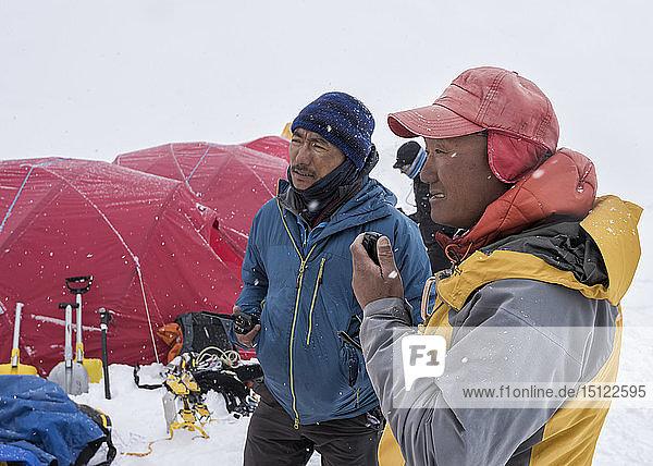 Nepal  Solo Khumbu  Everest  Lager 1  Sherpa im Radio