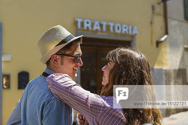 Junges Paar auf Städtereise in Florenz  Toskana  Italien