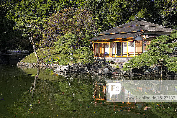 Tsubame-no-ochaya  a tea house on a lake in the Hama-rikyu Gardens  Tokyo  Honshu  Japan  Asia