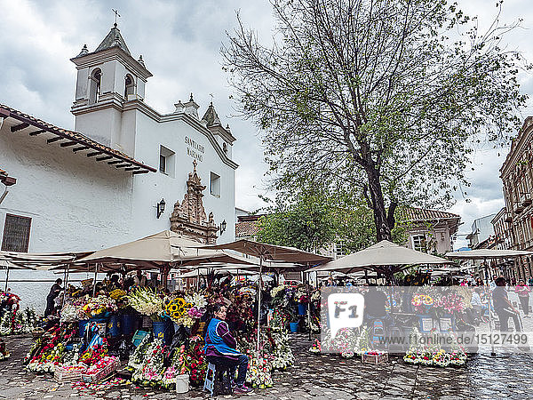 The daily flower market in Cuenca's Plazoleta del Carmen  Cuenca  Ecuador  South America