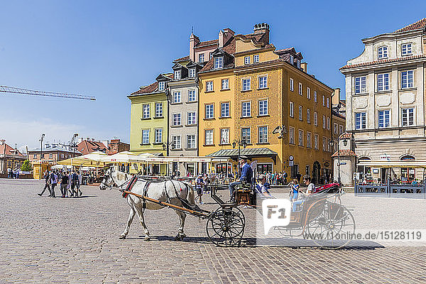 A horse drawn carriage in Castle Square in the old town  UNESCO World Heritage Site  Warsaw  Poland  Europe