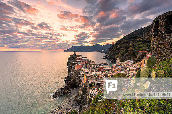 Elevated view of Vernazza at sunset  Cinque Terre  UNESCO World Heritage Site  Liguria  Italy  Europe