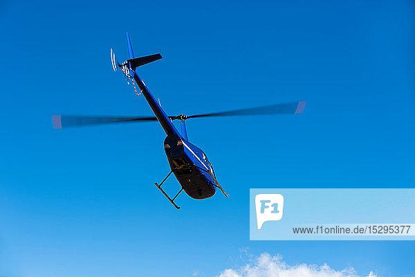 Hubschrauber  der gegen den blauen Himmel fliegt  Niedrigwinkelansicht  Kapstadt  Westkap  Südafrika