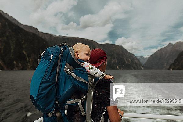 Vater mit Baby auf Seekreuzfahrt  Queenstown  Canterbury  Neuseeland