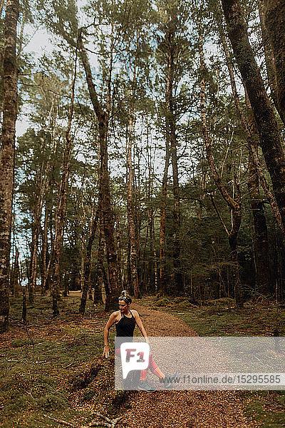 Frau  die sich im Wald streckt  Queenstown  Canterbury  Neuseeland