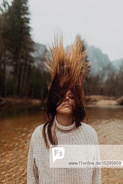 Junge Frau am Flussufer mit langen braunen Haaren  Yosemite Village  Kalifornien  USA