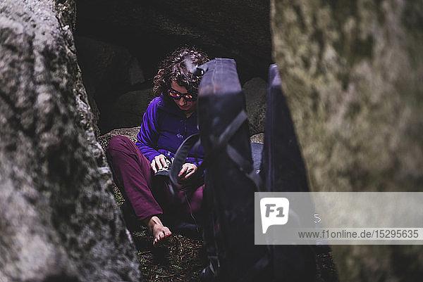 Bergsteiger beim Schuhanziehen zwischen Felsen  Squamish  Kanada