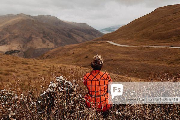 Frau genießt Aussicht auf malerische Landschaft  Queenstown  Canterbury  Neuseeland