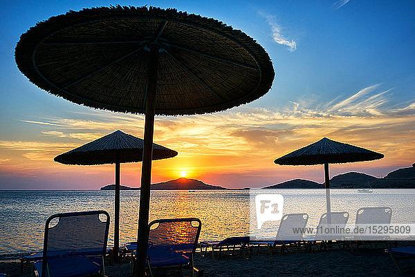 Sonnenschirme und Liegestühle bei Sonnenuntergang  Limnos  Khios  Griechenland Sonnenschirme und Liegestühle bei Sonnenuntergang, Limnos, Khios, Griechenland