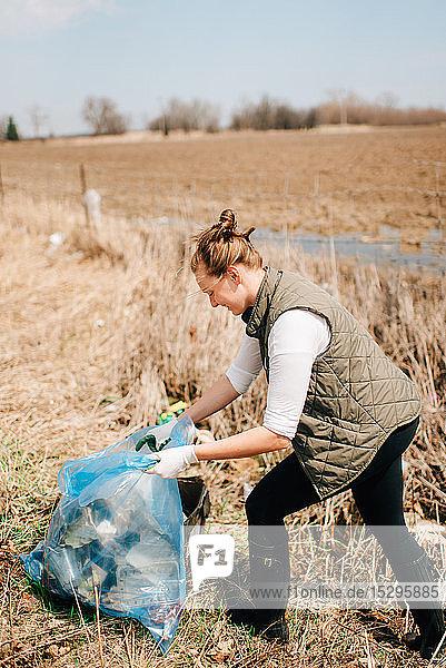Frau sammelt den Müll nach Feldern auf  Georgetown  Kanada