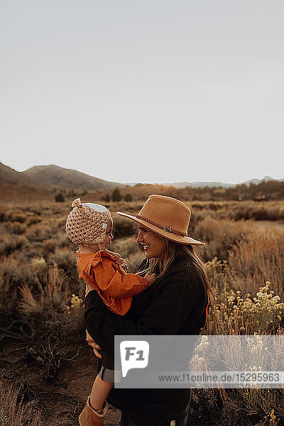 Mutter und Baby-Mädchen-Bindung  Kennedy Meadows  Kalifornien  USA