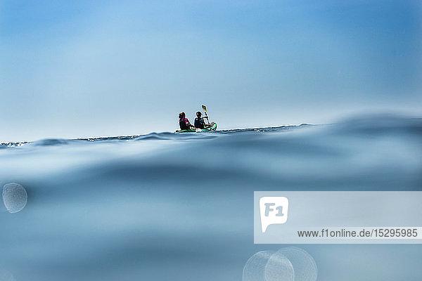 Teenager Junge und Mutter beim Seekajakfahren  oberflächennahe Fernsicht  Limnos  Khios  Griechenland Teenager Junge und Mutter beim Seekajakfahren, oberflächennahe Fernsicht, Limnos, Khios, Griechenland
