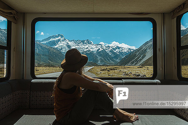 Frau genießt Aussicht aus dem Wohnmobil  Wanaka  Taranaki  Neuseeland