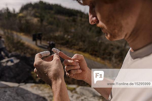 Kletterer klebt Finger vor dem Bouldern im Wald ab  Squamish  Kanada