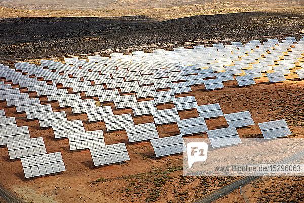 Reihen von Sonnenkollektoren in arider Landschaft  Luftaufnahme  Kapstadt  Westkap  Südafrika