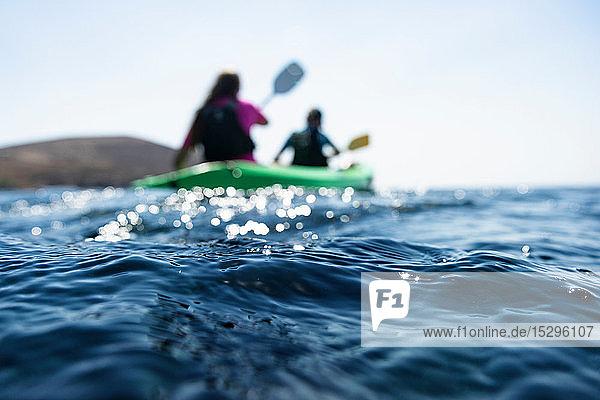 Teenager Junge und Mutter beim Seekajakfahren  oberflächennahe Flachsicht  Limnos  Khios  Griechenland Teenager Junge und Mutter beim Seekajakfahren, oberflächennahe Flachsicht, Limnos, Khios, Griechenland