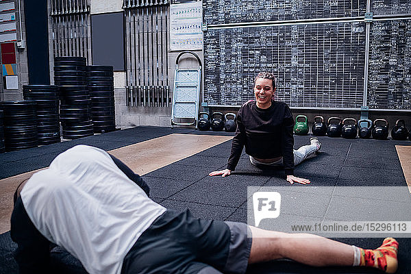 Junges Paar beim Stretching im Fitnessstudio