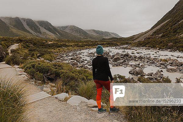 Wanderer genießt Aussicht auf die Wildnis  Wanaka  Taranaki  Neuseeland