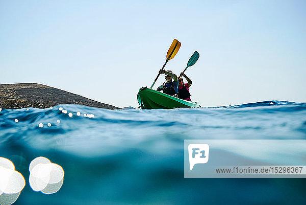 Teenager Junge und Mutter beim Seekajakfahren  Ansicht auf Oberflächenniveau  Limnos  Khios  Griechenland Teenager Junge und Mutter beim Seekajakfahren, Ansicht auf Oberflächenniveau, Limnos, Khios, Griechenland