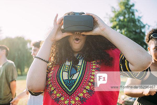 Frau untersucht VR-Headset im Park