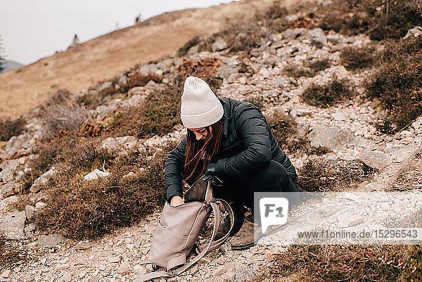Trekker sucht in Tasche  Trossachs-Nationalpark  Kanada