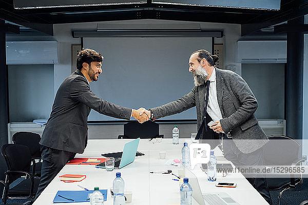 Geschäftspartner schütteln sich die Hand bei einem Treffen im Büro