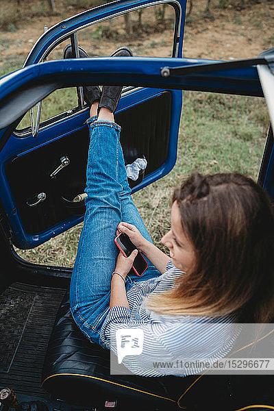 Frau träumt im Auto