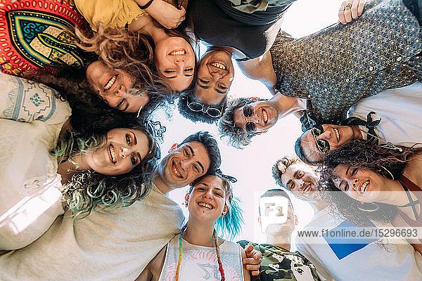 Gruppe von Freunden lächelt im Kreis