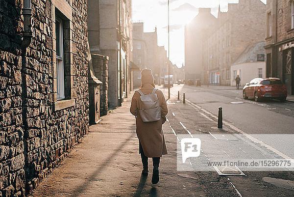 Frau geht auf der Straße  Edinburgh  Schottland