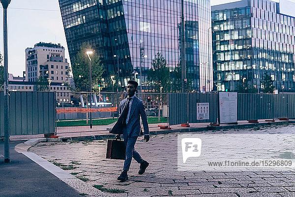 Geschäftsmann zu Fuß in der Stadt  Mailand  Lombardei  Italien