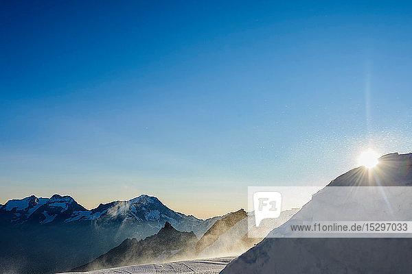 Die Sonne lugt hinter dem Berg hervor  Saas-Fee  Wallis  Schweiz