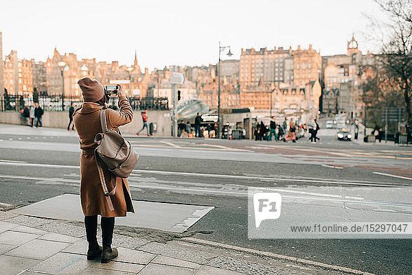 Frau beim Sightseeing und Fotografieren  Calton Hill  Edinburgh  Schottland