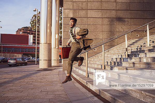 Geschäftsmann springt von der Treppe eines Bürogebäudes  Mailand  Lombardei  Italien