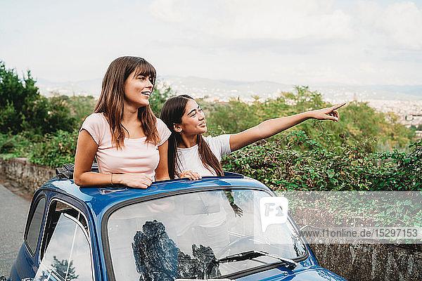 Freunde genießen die Aussicht im Autoschiebedach  Florenz  Toskana  Italien