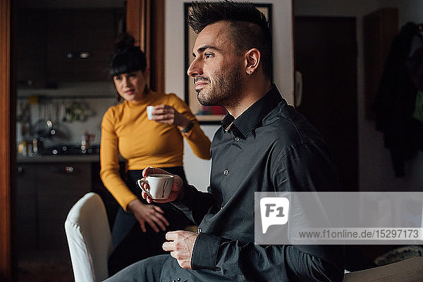 Freunde entspannen bei Kaffee zu Hause