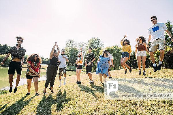 Gruppe von Freunden springt im Park