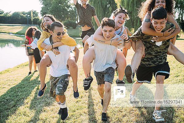 Gruppe von Freunden Huckepack-Rennen im Park
