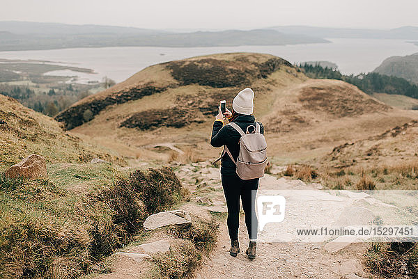 Trekker fotografiert Loch Lomond  Trossachs-Nationalpark  Kanada