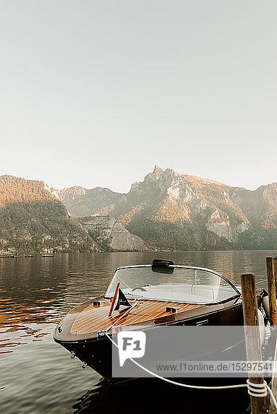Motorboot vertäut an der Seebrücke  Hallstatt  Oberösterreich