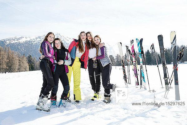 Fünf jugendliche Skifahrerinnen in verschneiter Landschaft  Porträt  Tirol  Steiermark  Österreich
