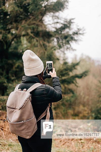 Trekker beim Fotografieren  Trossachs Nationalpark  Kanada