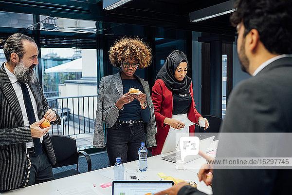 Geschäftspartner machen bei Besprechung im Büro Teepause