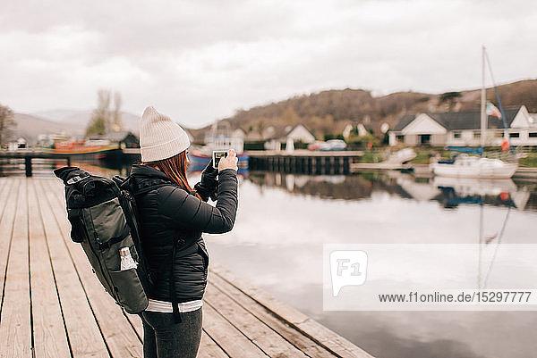 Wanderer fotografiert Loch Lomond  Trossachs-Nationalpark  Kanada