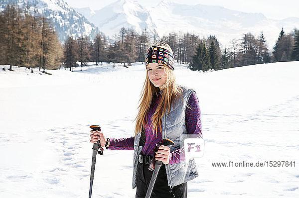 Jugendliche Skifahrerin in verschneiter Landschaft  Porträt  Tirol  Steiermark  Österreich