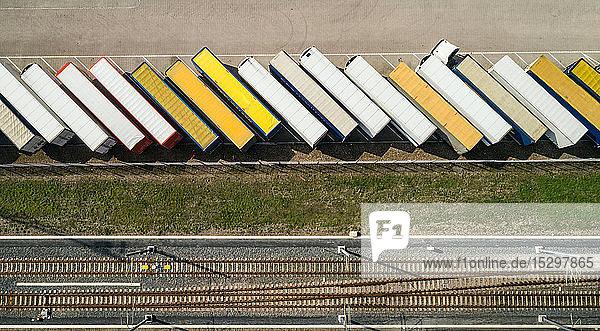 Anhänger,  die vor dem Verladen auf die Fähre nach Großbritannien geparkt werden,  Draufsicht,  Hook of Holland,  Zuid-Holland,  Niederlande