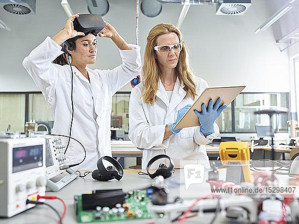 Technikerinnen  die mit Tabletten- und Vr-Brillen arbeiten