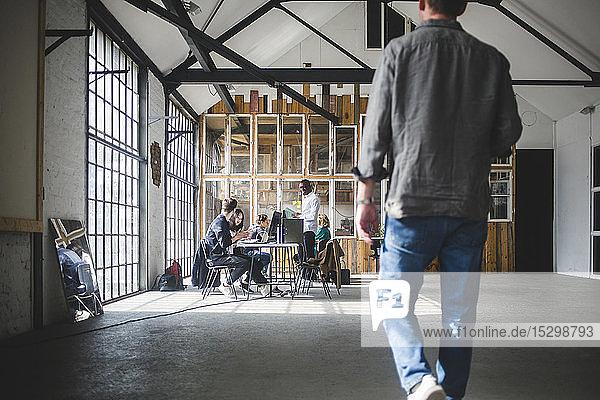 Existenzgründer treffen sich am kreativen Arbeitsplatz