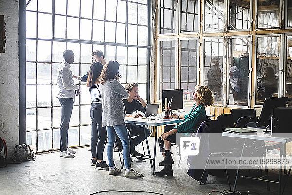 Computerfachleute planen neue Geschäftsstrategien im Kreativbüro