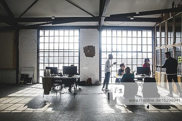 Junger Geschäftsmann präsentiert Programmierern während einer Besprechung im Amt